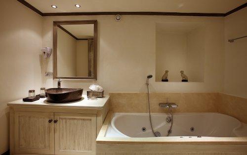 Valpierre room 3 bathroom